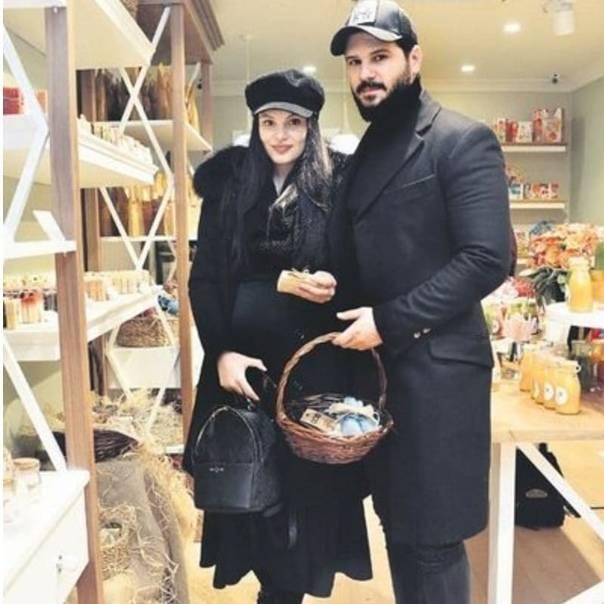 ✔️ Толгахан Сайышман и его беременная супруга Альмеда Абази, побывали в магазине...